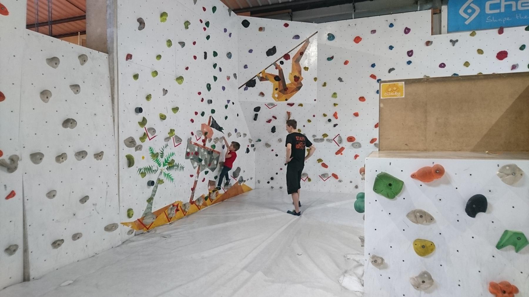 cours d'escalade enfant en salle de bloc SOLO Escalade