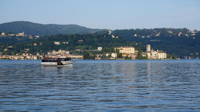 bateau de touristes sur le lac d'orta