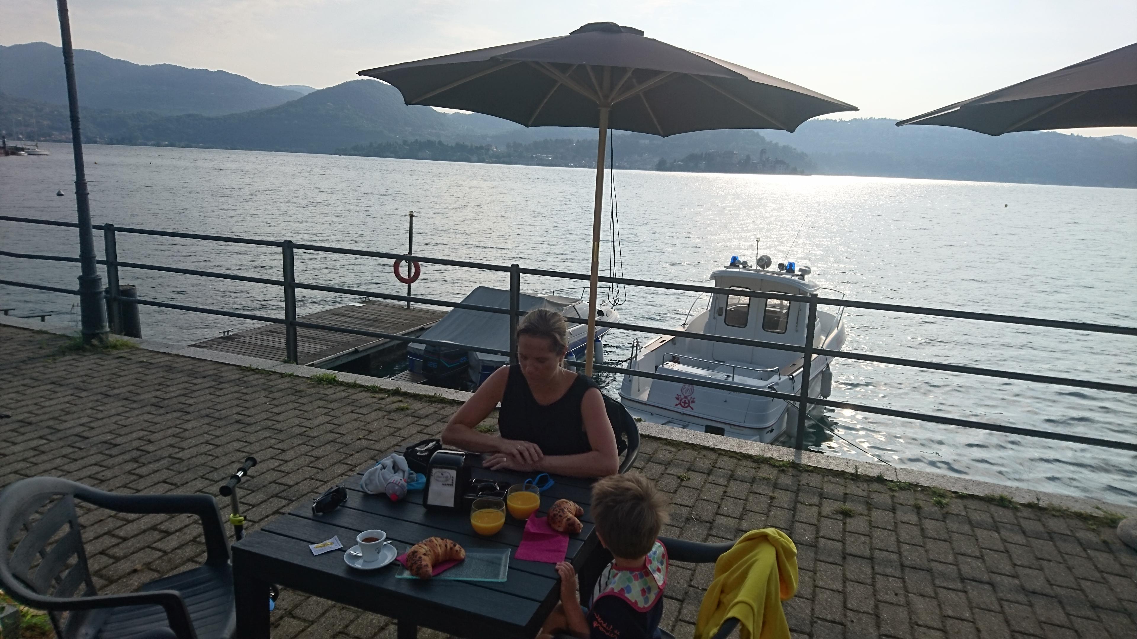 petit dejeuner au lever du soleil sur le lac d'orta