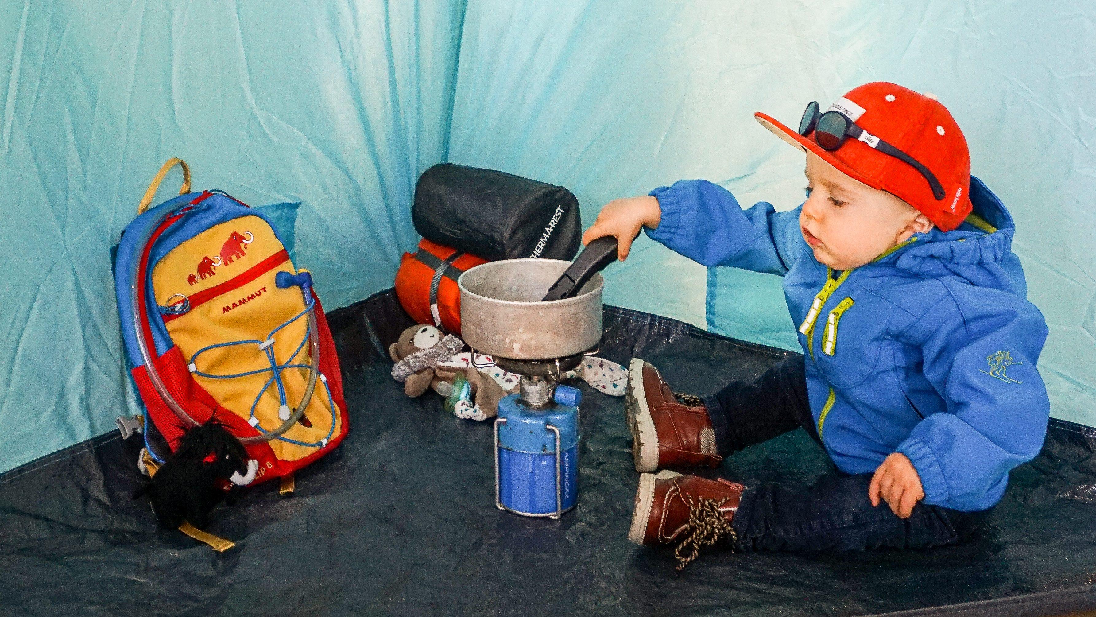 bivouac sous la tente pour un bébé avec un sac de randonnée Mammut
